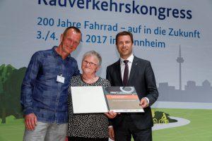 Urkundenübergabe auf dem 5. Nationalen Radverkehrskongress 2017.