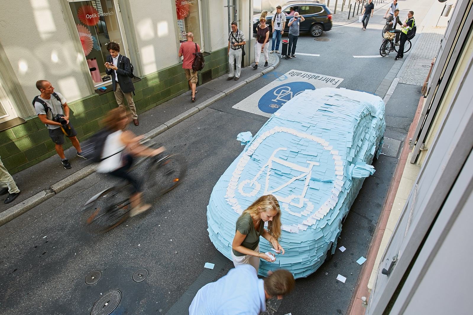 Komplett mit blauen und weißen Klebezetteln bekebtes, falsch parkendes Auto.