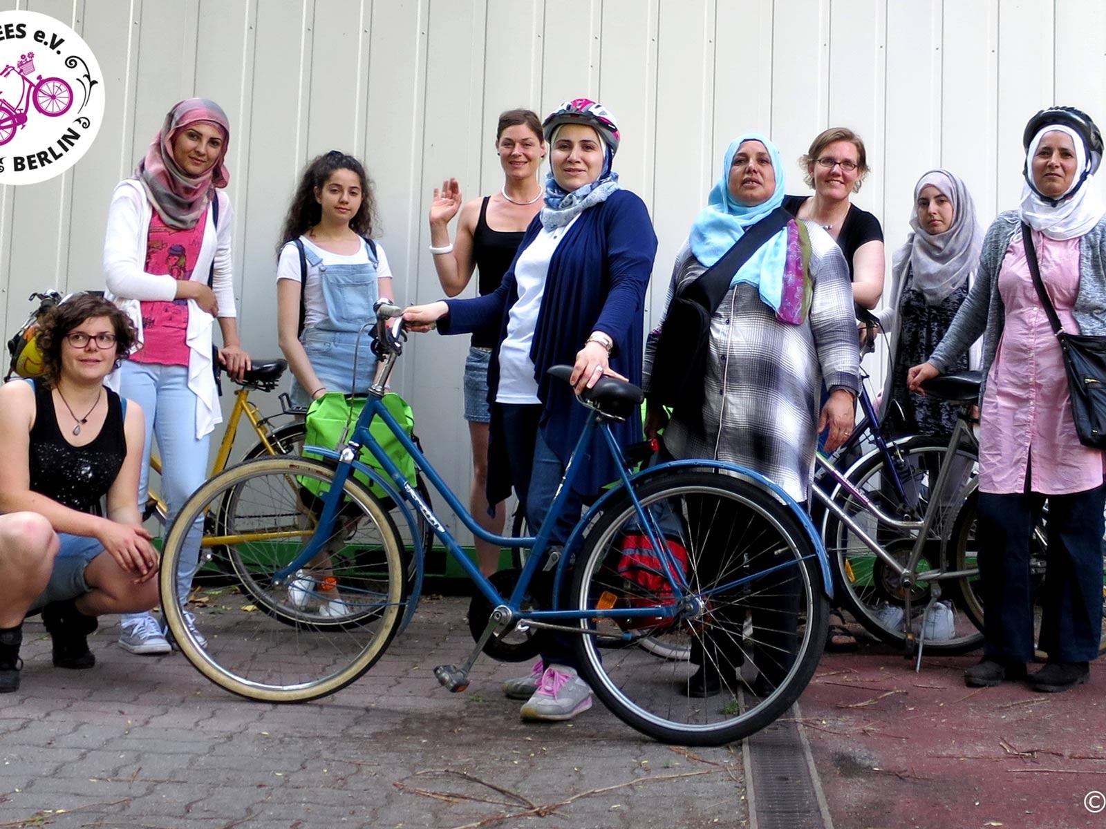 Eine Gruppe von Frauen mit Rädern lächelt in die Kamera.