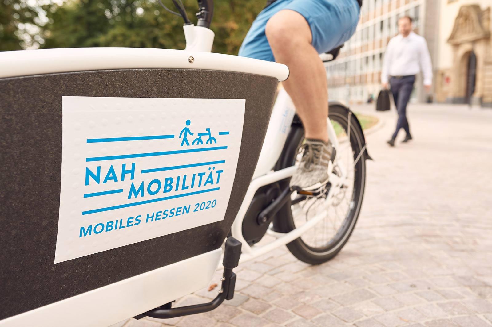 Nahaufnahme der blauen Schriftzugs Nah Mobilität auf einem Lastenrad.