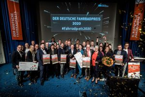 Gruppenfoto der Sieger in goldenem Konfettiregen