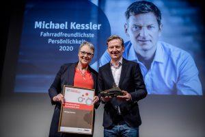 Michael Kressler und Christine Fuchs präsentieren Urkunde und Auszeichnung.