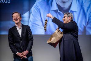Christine Fuchs übergibt dem lachenden Michael Kessler einen Fuchsschwanz.