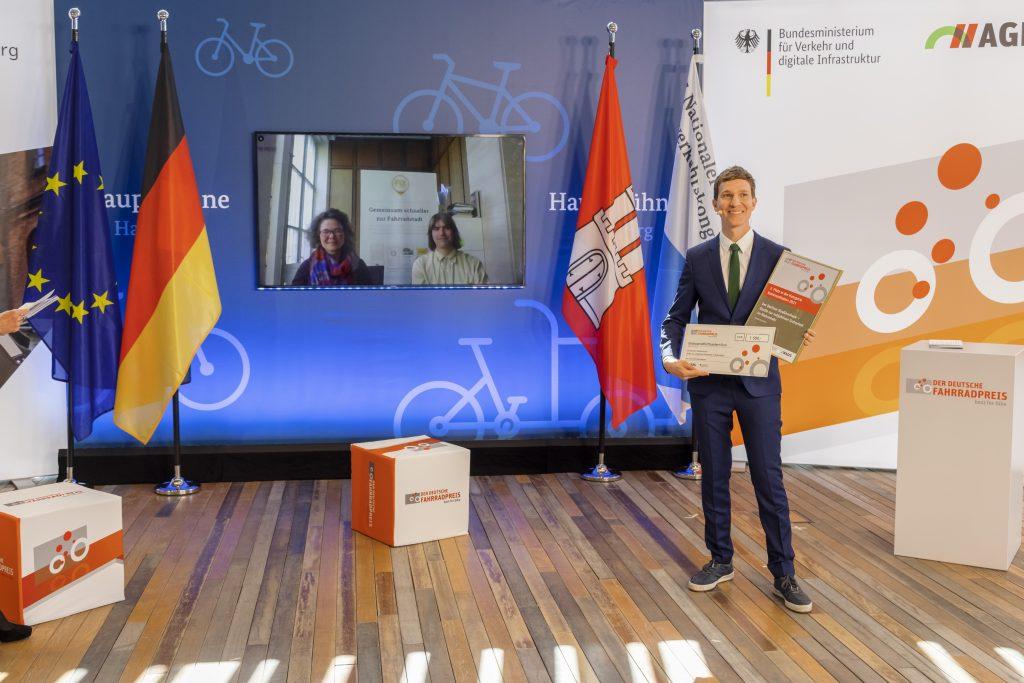 Nora Binnig, fixmycity und David Meidinger, Tagesspiegel freuen sich über den 3. Platz in der Kategorie Kommunikation.