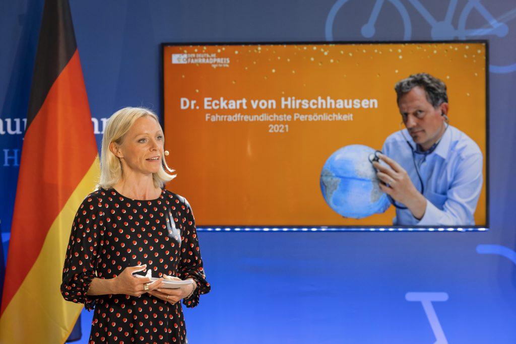 Moderatorin Valeska Homburg kündigt Dr. Eckart von Hirschhausen an.