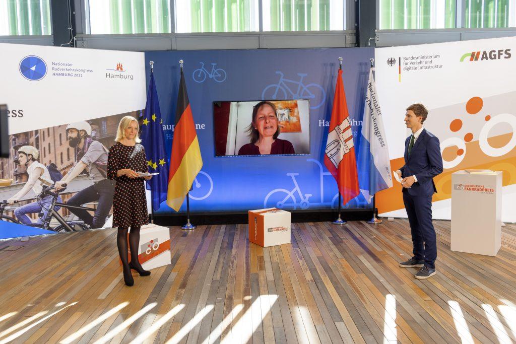 Anette Sander freut sich über den 1. Platz beim Fotowettbewerb 2021.