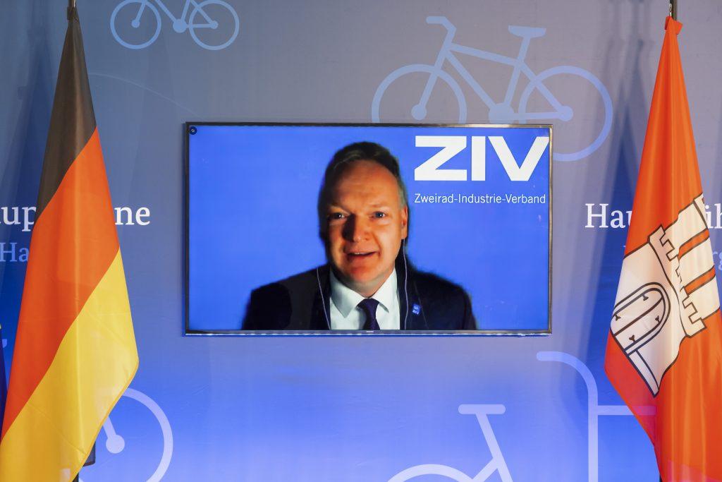 Burkhard Stork, Geschäftsführer Zweirad-Industrie-Verband e.V. hält Laudatio auf den Gewinner des Fahrradkulturwettbewerbs.